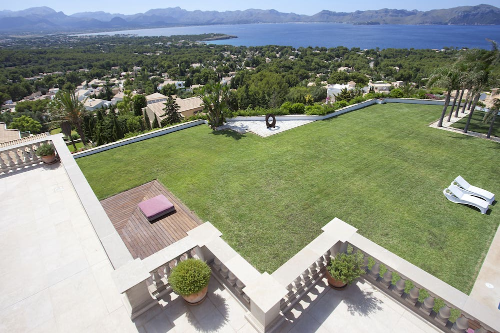 pool party wedding location with sea views in Alcudia