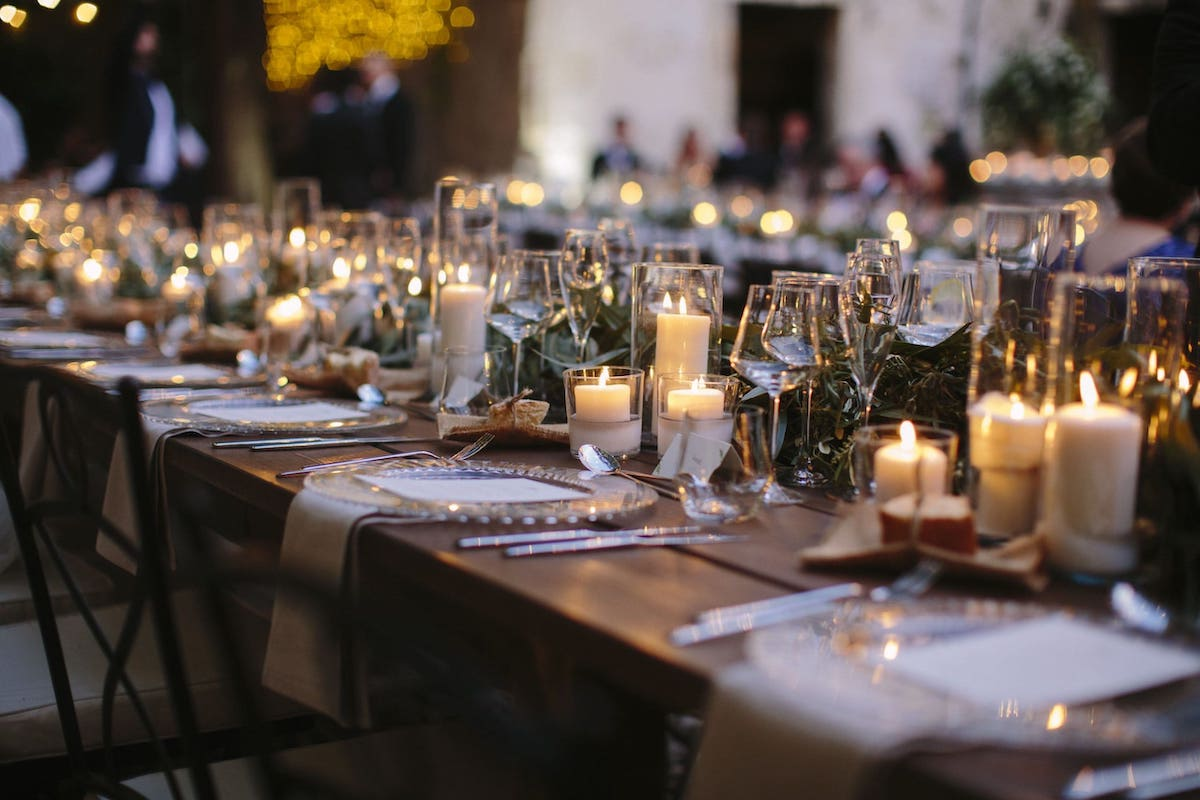 wedding table decoration with flowers, lighting in Mallorca
