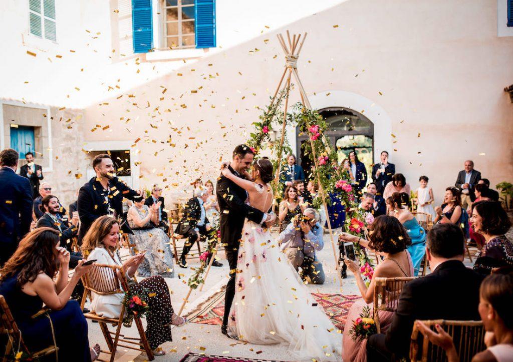 ceremonia de boda bajo un tipi decorativo en un patio mallorquín en la finca de biniorella Andratx
