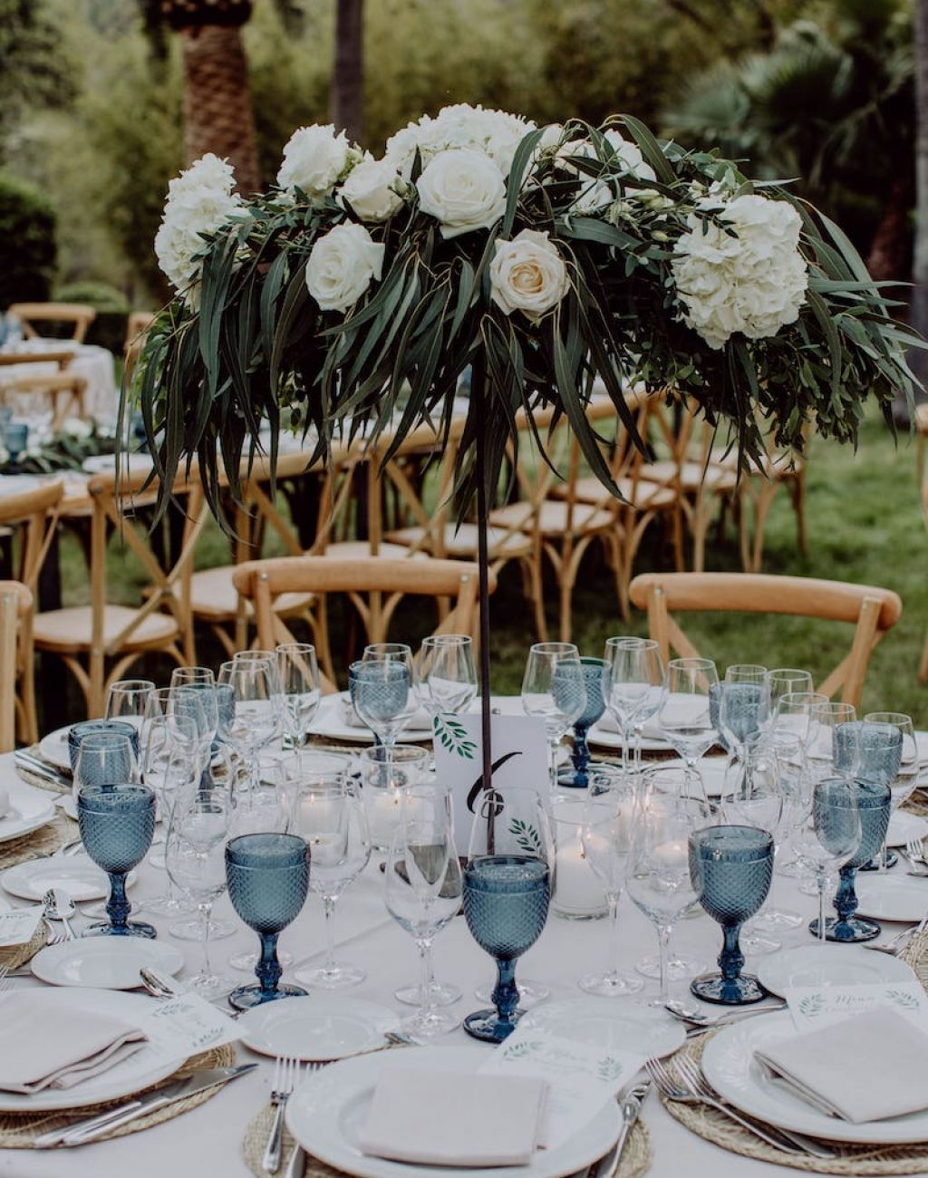 decoración de mesa con flores, vajilla, mesas de madera para boda y evento en Mallorca