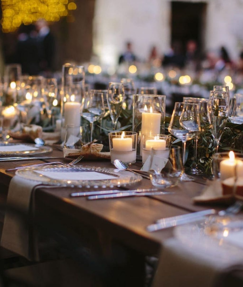 decoración para mesas de boda con flores y velas en Mallorca