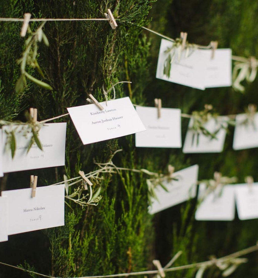 plano de mesas con nombre de invitados, ideas para decoración rústica en bodas y eventos en Mallorca