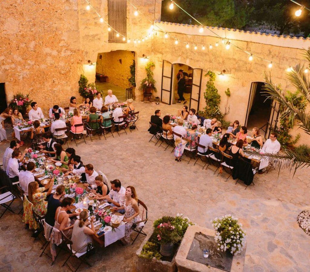 patio mallorquín con decoración rústica y ambiente relajado en la finca alaiar mallorca